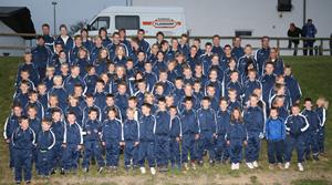 Etwa die Hälfte der Jugendabteilung beim Fototermin zur Übergabe der Trainingsanzüge am 24.10.2007. (Foto: Andreas Thun)